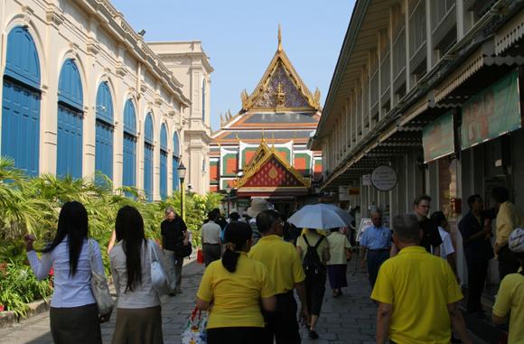 Таиланд, понедельник, люди на улицах в желтых футболках.