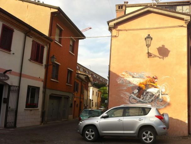 Мотоциклист - граффити на стене Римини
