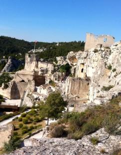 Руины замка де Бо, но флаг все еще развевается на ветру