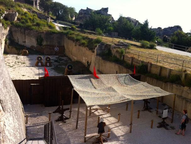 Двор замка семейства де Бо