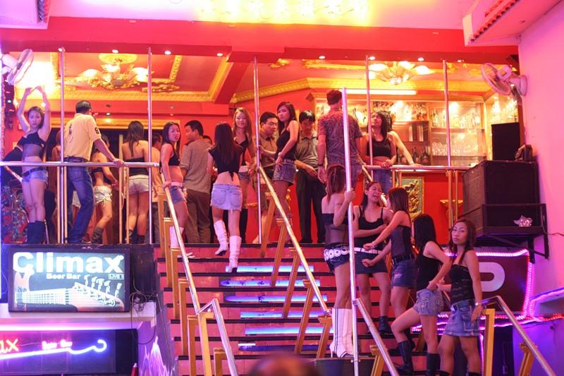 тайские девицы на входе в ночной клуб