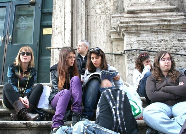 Картинки по запросу туристы сидящие на ступеньках церкви во Флоренции
