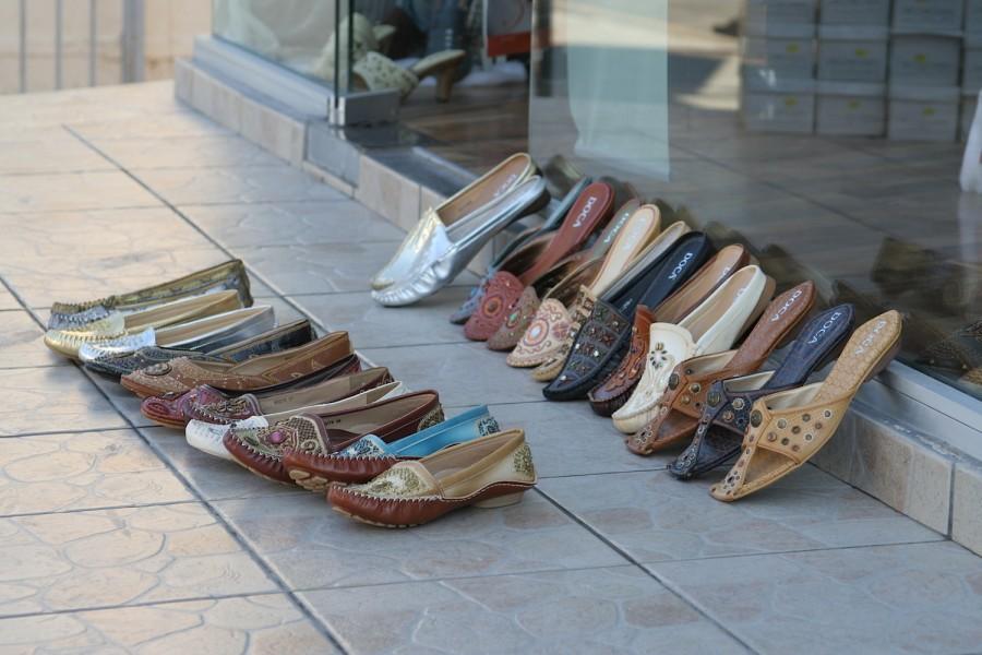 Плетеные башмаки, продающиеся на Кипре
