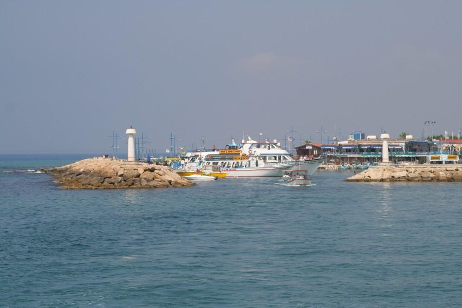 маяк и набережная на Кипре