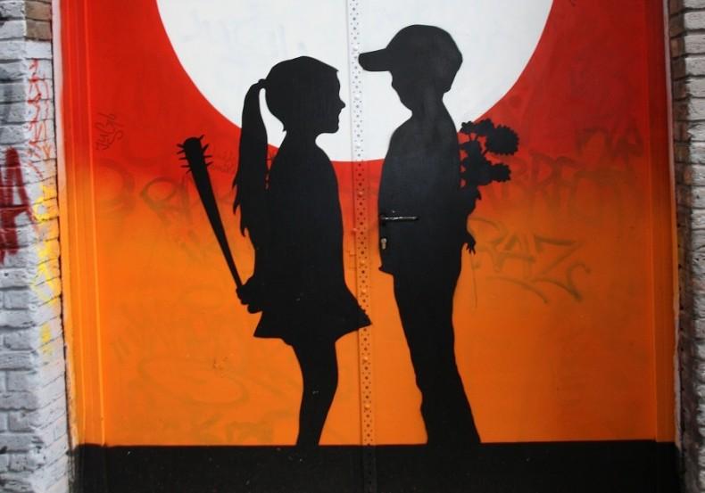 мальчик с цветами и девочка с бейсбольной битой - очень популярный сюжет граффити на Спейстрат
