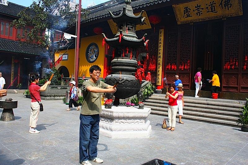 в храме Шанхая