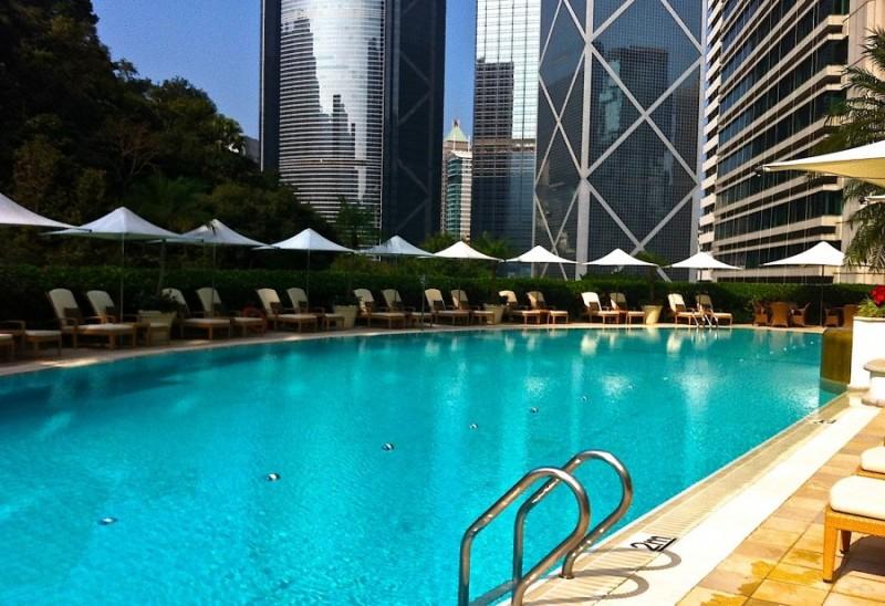 бассейн под открытым небом в отеле Shangri-La