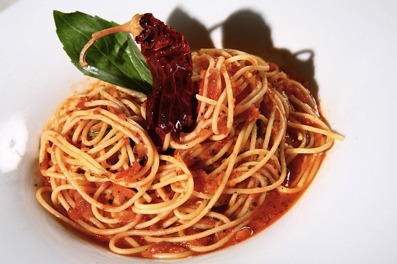 паста с базиликом и томатной пастой