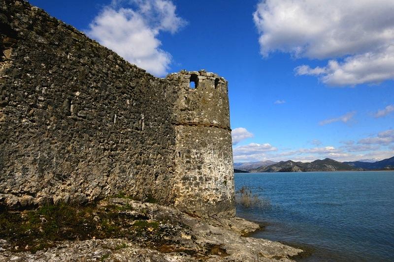 замок на острове скадарского озера