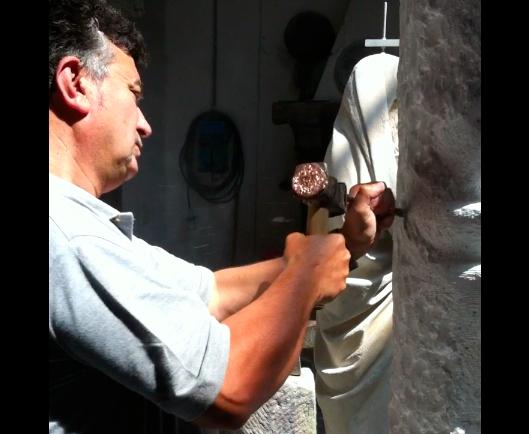 скульптор Джузеппе трудится над статуей