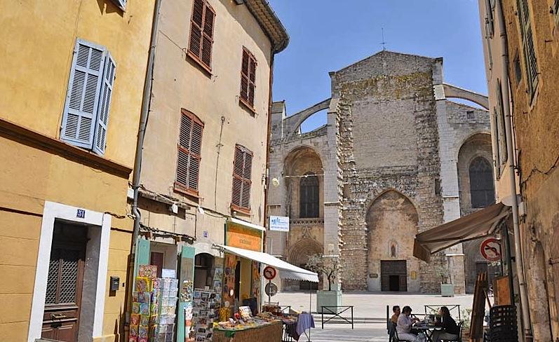 улочка, ведущая от Saint-Maximin-la-Sainte-Baume