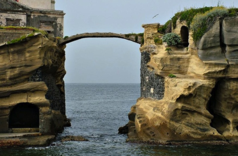 Мост на острове Гайола