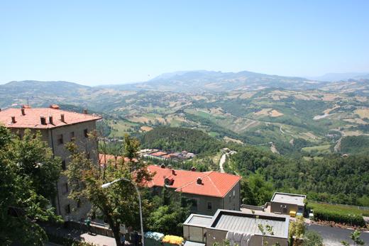 вид на горы, окружающие  Сан-Марино