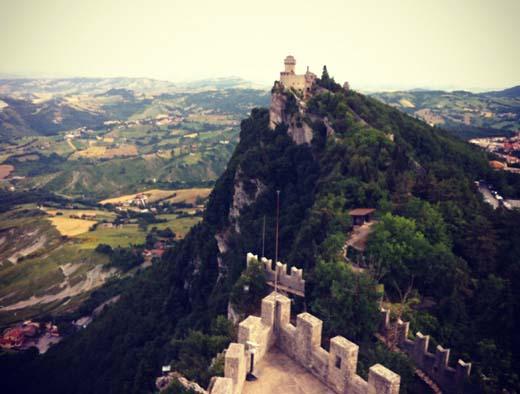 дорога между башнями Сан-Марино