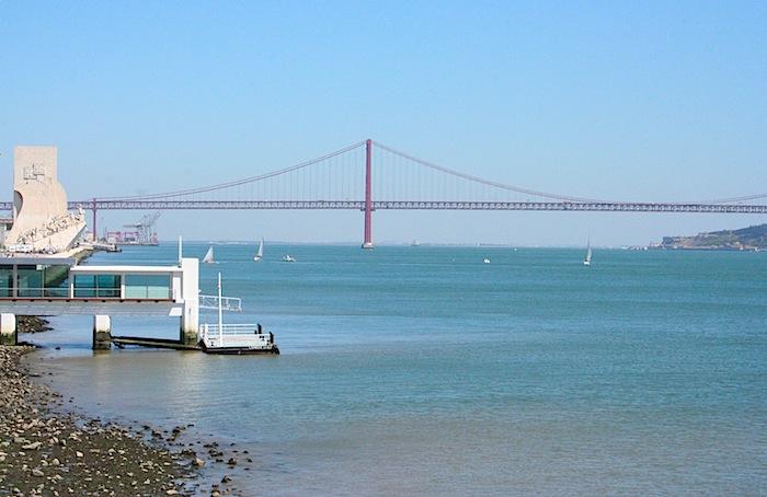 река Тежу, мост 25 апреля и памятник Первооткрывателям