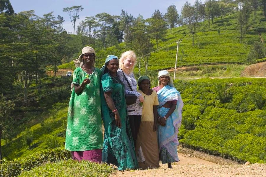 с работницами чайных плантаций