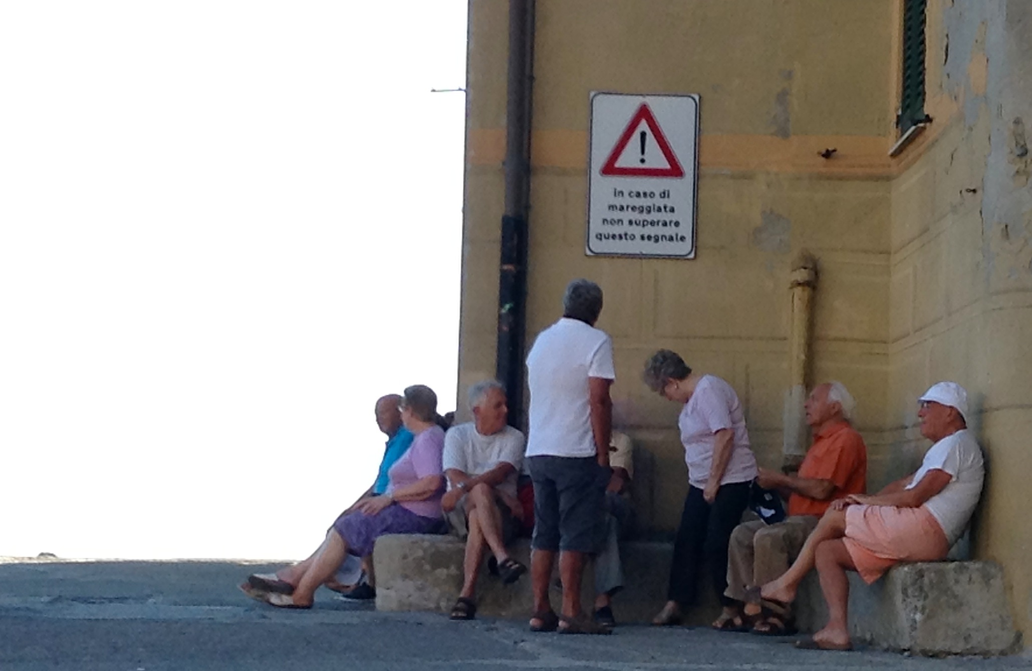 люди рядом с базиликой Санта-Мария Ассунта