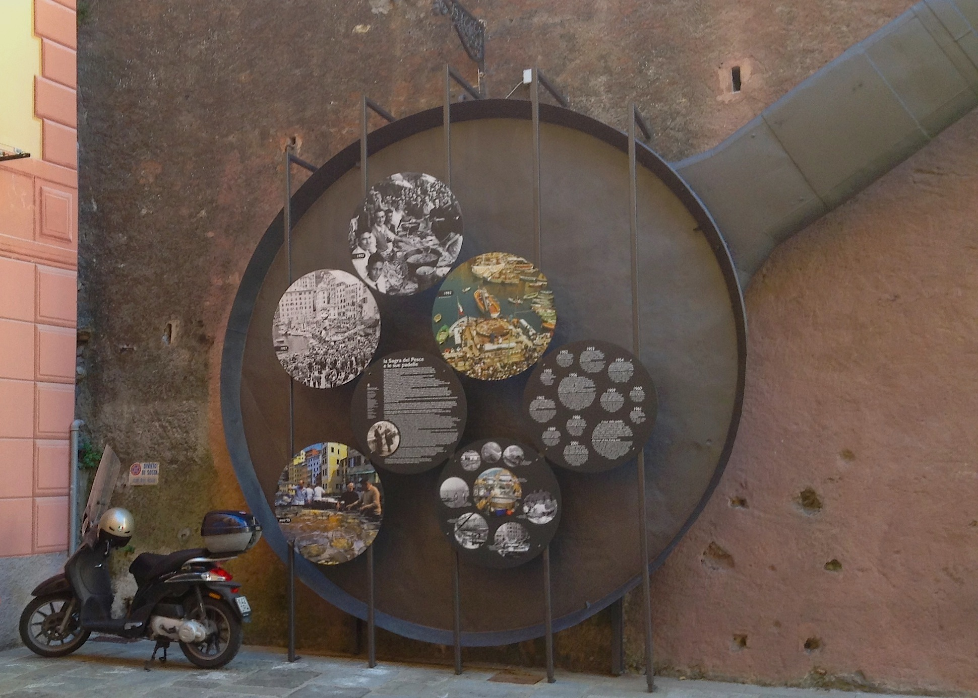 гигантская сковородка - символ фестиваля анчоусов
