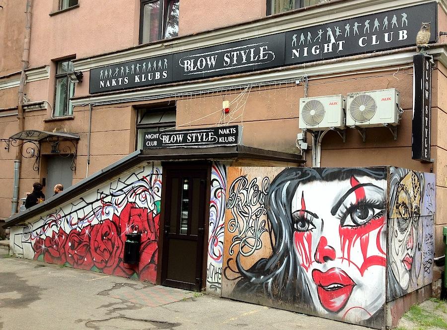 Оформление входа в ночной клуб в Старой Риге (центр), граффити