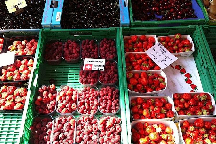 Ягоды на субботнем рынке в Лозанне, Швейцария