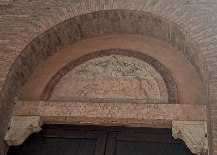 барельеф на входе в Museo della Cattedrale