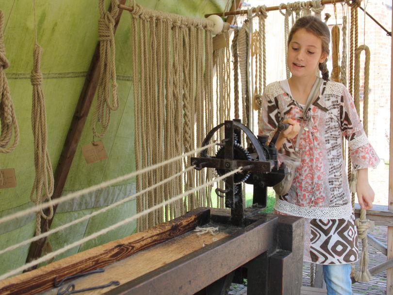 старинный ткацкий станок в музее