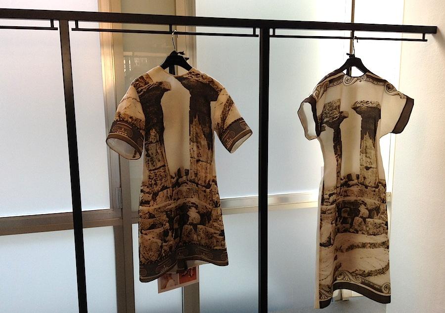 Платья из коллекции Dolce&Gabbana с принтом в виде колон античного храма