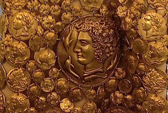 деталь расшитого монетами платья Dolce&Gabbana