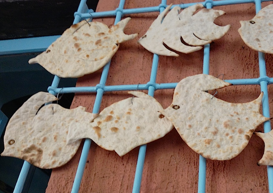 фокачча в форме рыбок на стене ресторана