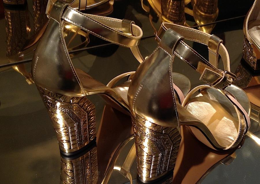 золотые босоножки с каблуками, украшенными восточным орнаментом из коллекции Casadei