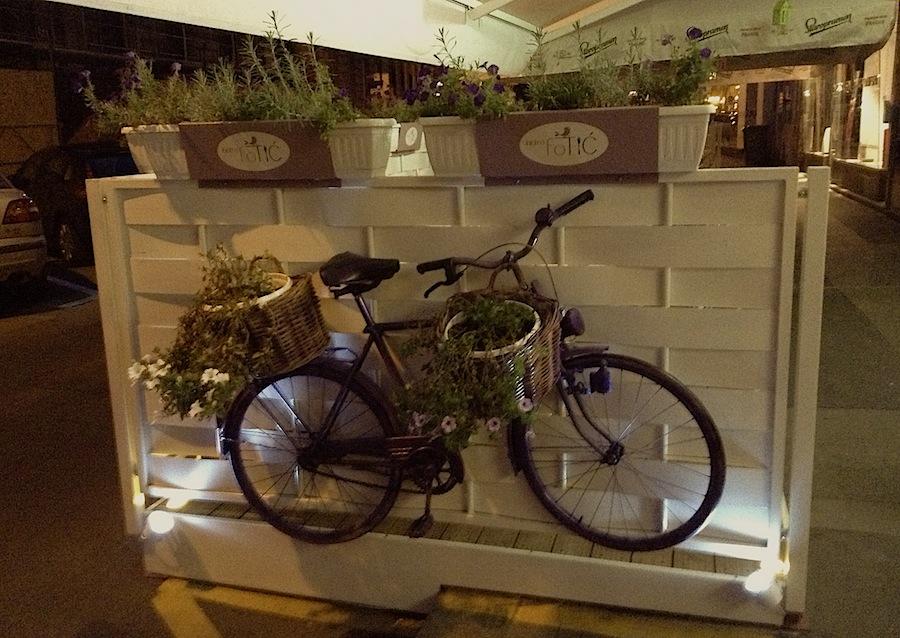 велосипед на летней веранде Bistro Fotic