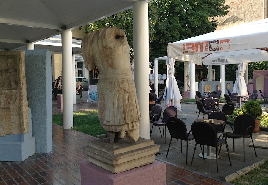 кафе во дворе Археологического музея Загреба