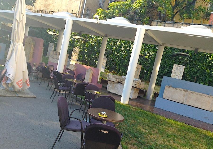кафе Lemon во дворе Археологического музея Загреба