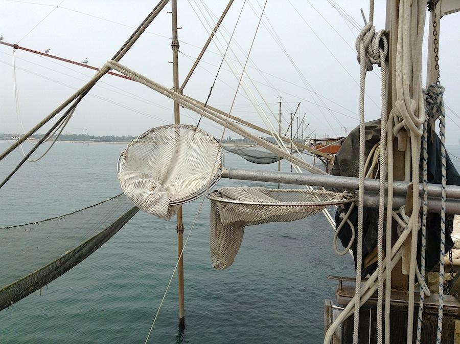сачок, которым забирают рыбу из снастей