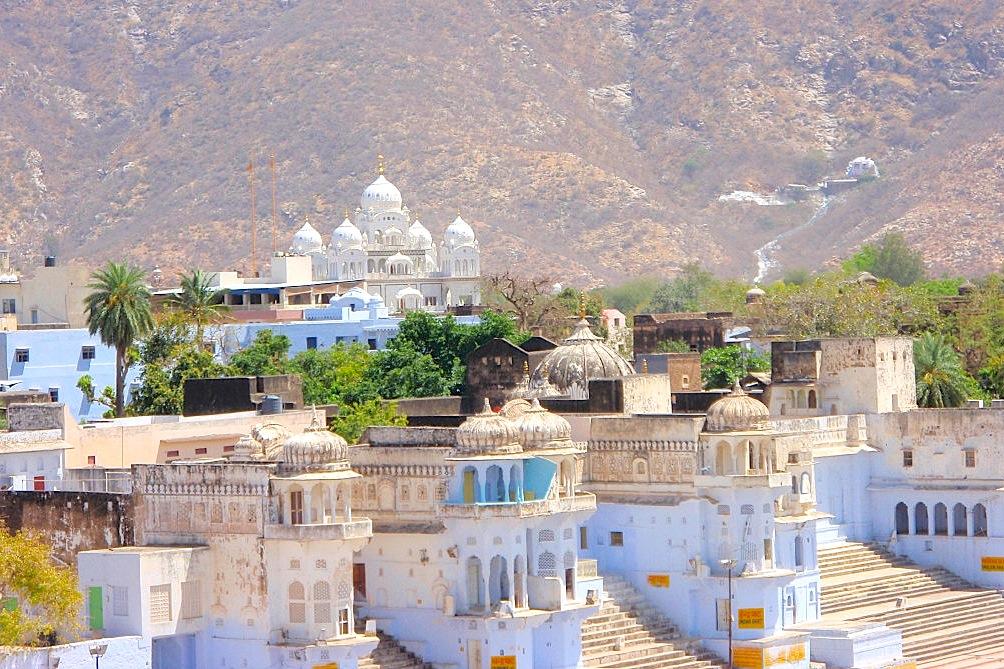 Священные гаты и храмы Пушкара вокруг священного озера