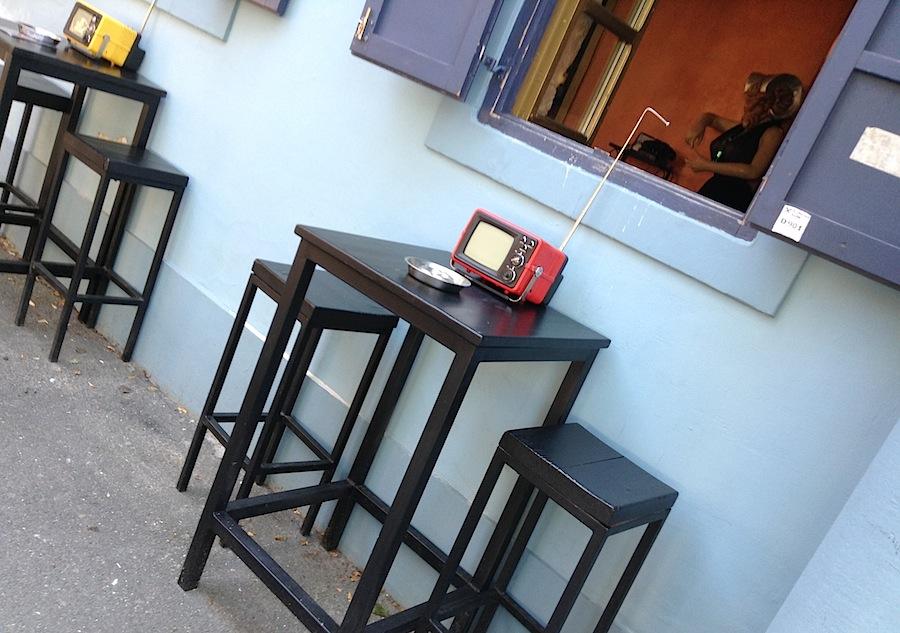 старинные телевизоры на столиках у входа в бар