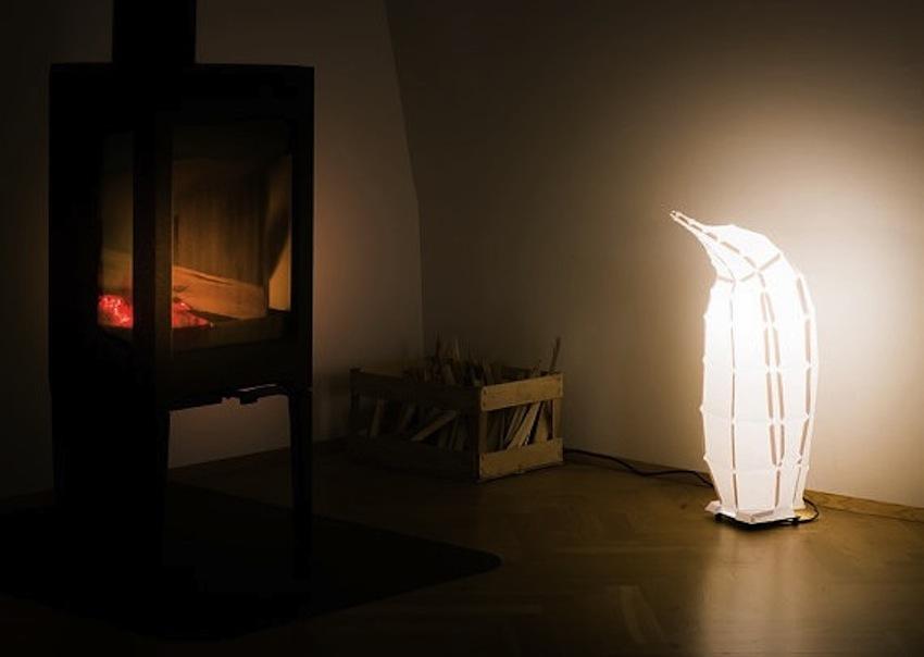 лампа-пингвин в домашних декорациях