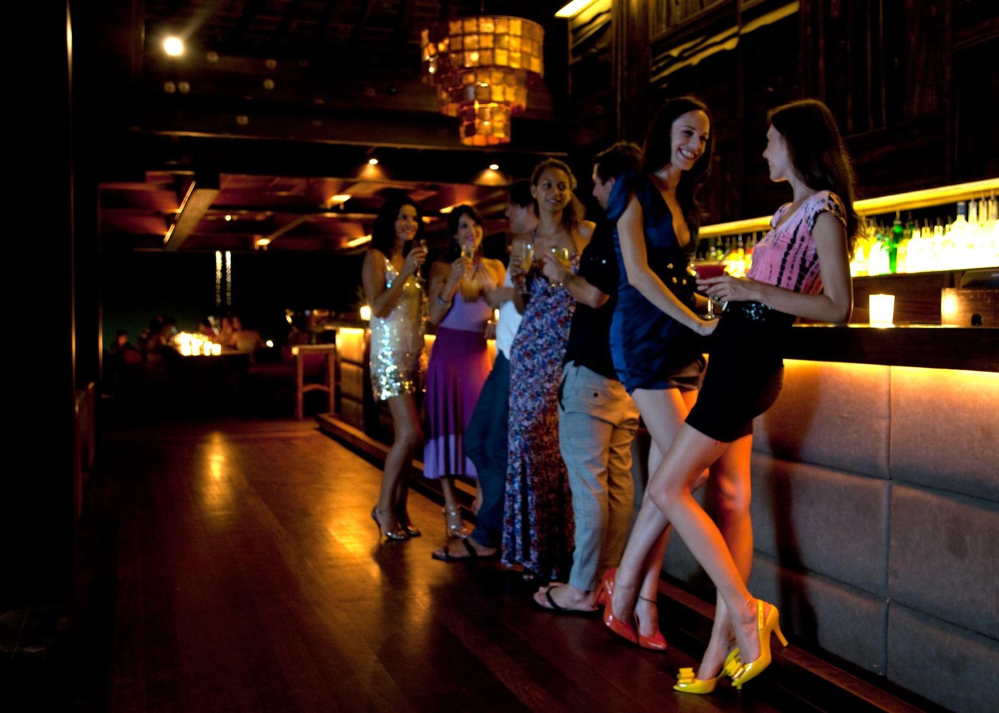 девушки у барной стойки