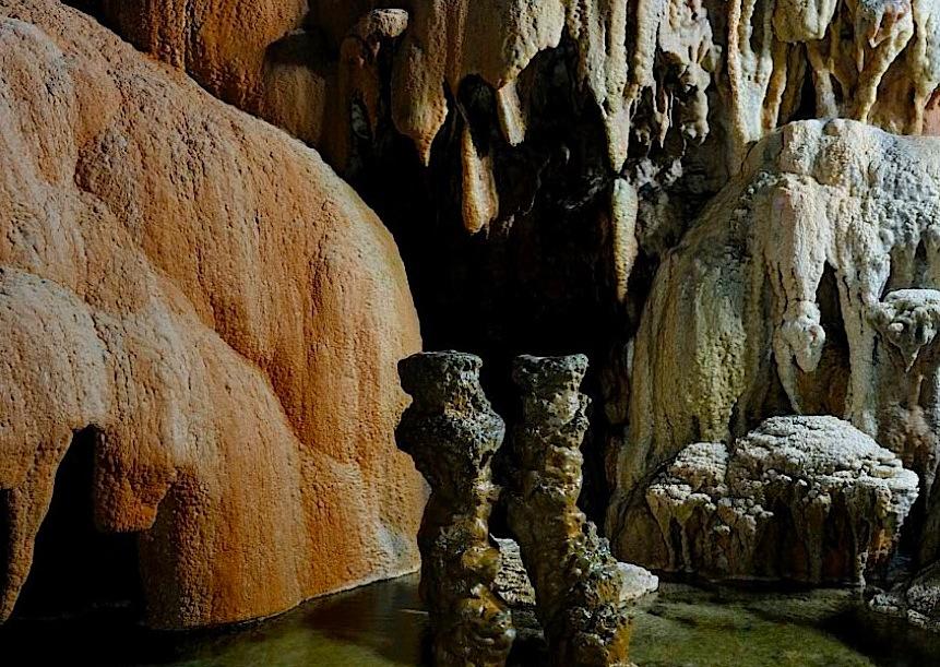 """""""каменные статуи"""" в пещерах"""