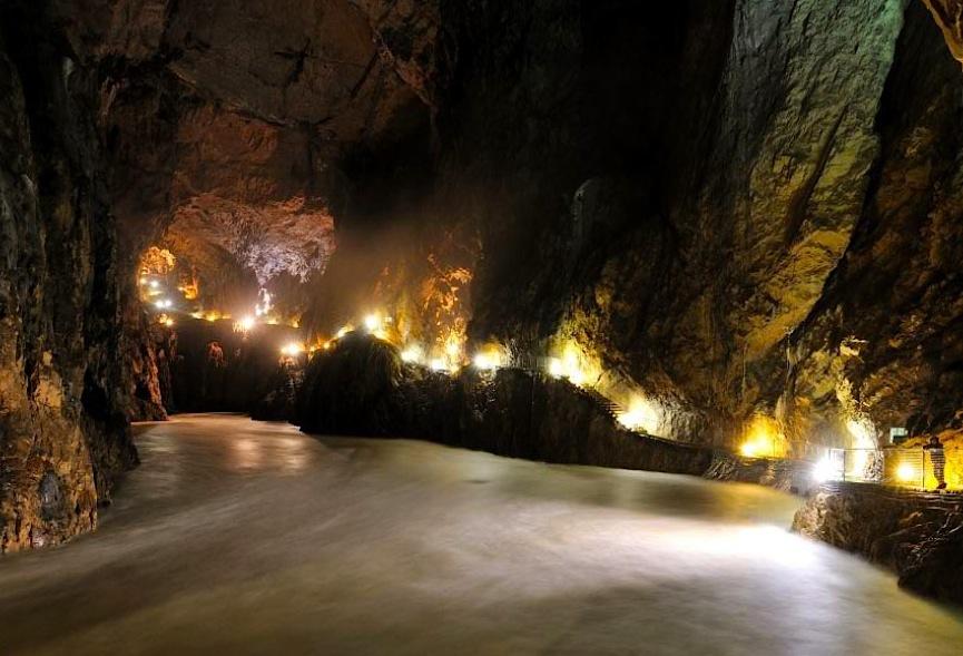 подземная река в пещерах