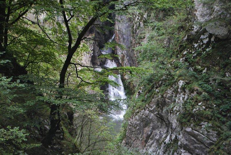 река в падает в гору и образует водопады