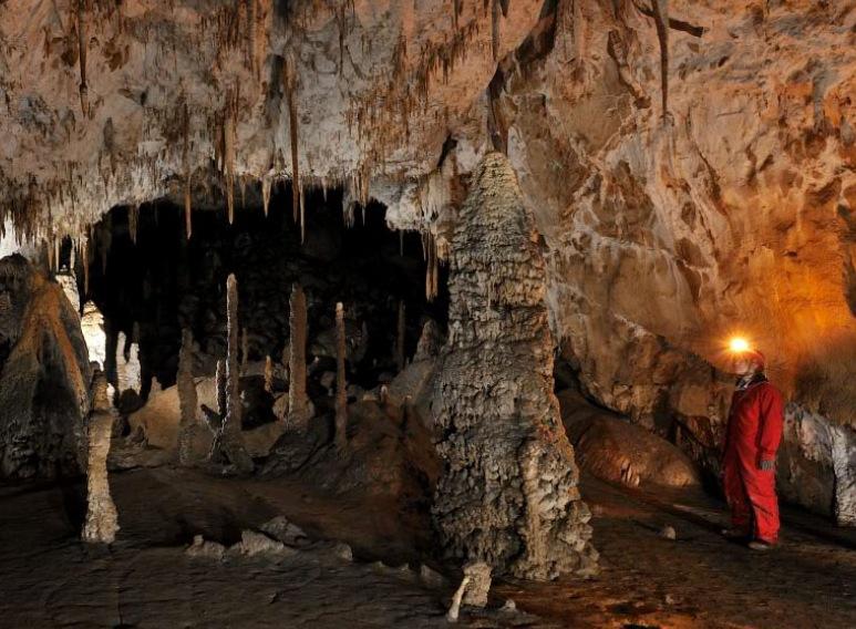 сталактиты и сталагмиты в вход в Шкоцянских пещерах