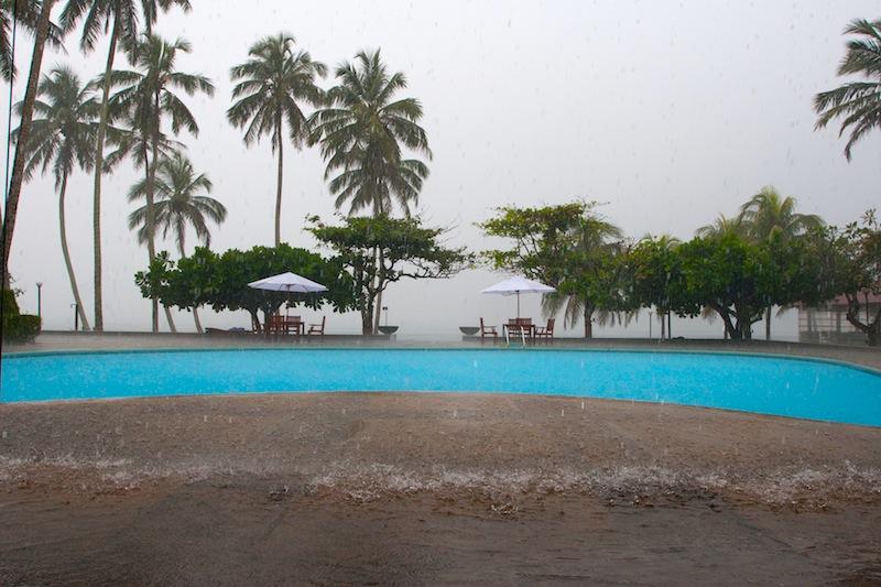 бассейн в Хиккадуве во время дождя
