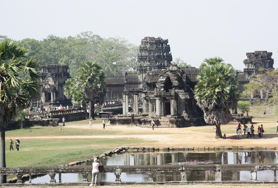 внутренний двор и барай Ангкор-Вата