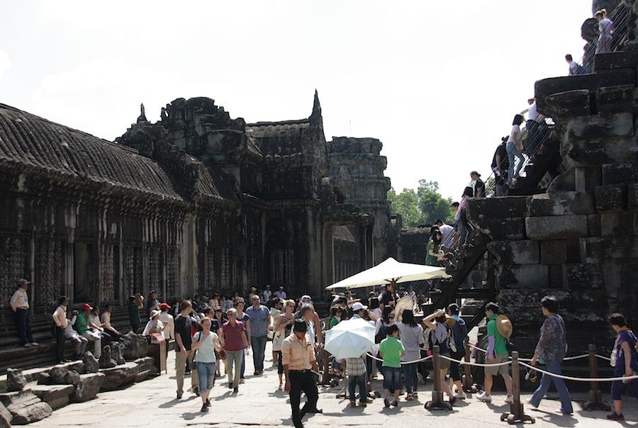 туристы в Ангкор-Вате
