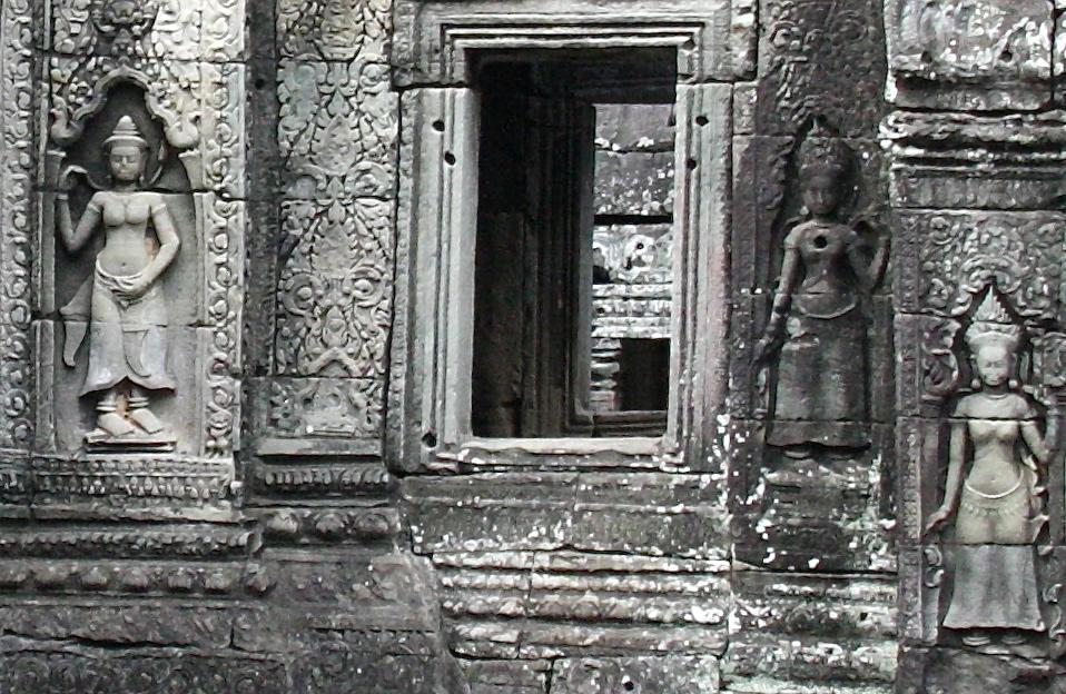 барельефы с изображениям апсар на стенах храма