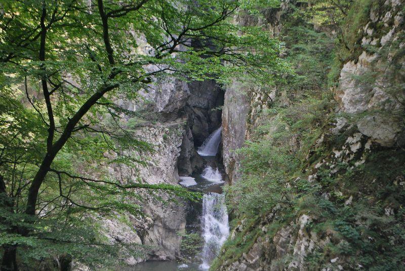 водопады близ пещер