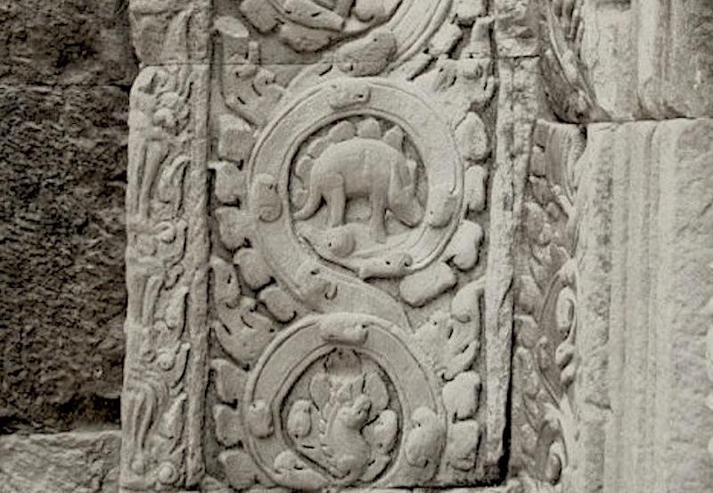 барельеф стегозавра на стене Та Прохма