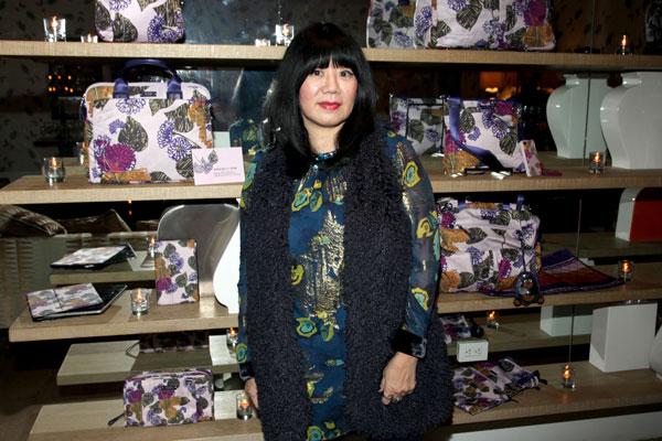 Анна Суи на фоне сумок из ее багажной коллекции