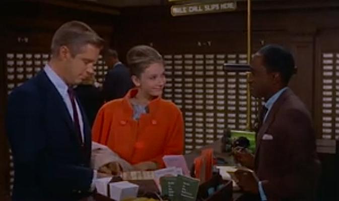 """Пол и Холли заказывают книгу Пола """"Девять жизней"""" в библиотеке"""